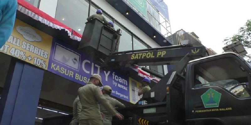 Tunggak Pajak, Bapenda Malang Turunkan 15 Reklame