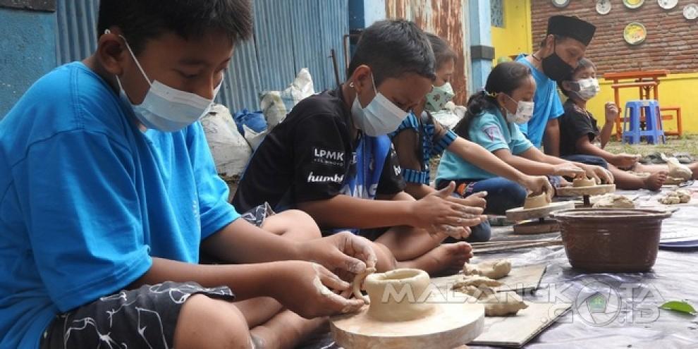 Belajar Sambil Bermain di Festival Keramik Dinoyo